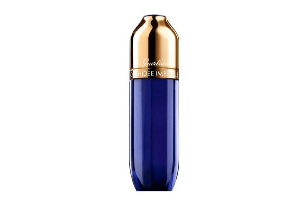ORCHIDÉE IMPÉRIALE LE SERUM YEUX<br /> BY GUERLAIN<br /> <br /> TESEM: ALUMINIUM CAP, ENGRAVINGS, ASSEMBLY.<br /> <br /> The cap, made of anodized aluminium in shiny gold, has a very unusual shape at the top and is crowned by a small semitransparent engraved disc in PCTA mounted on aluminium sheet, causing a reflective effect. The inside of the cap, is made of plastic and a weight provides the heavy feel of metal when handled. The set also displays two decorative techniques on aluminium: laser engraving of the brand on the bottom edge of the cap and 360-degree perimeter screen printing around the collar. <br /> <br /> 2016